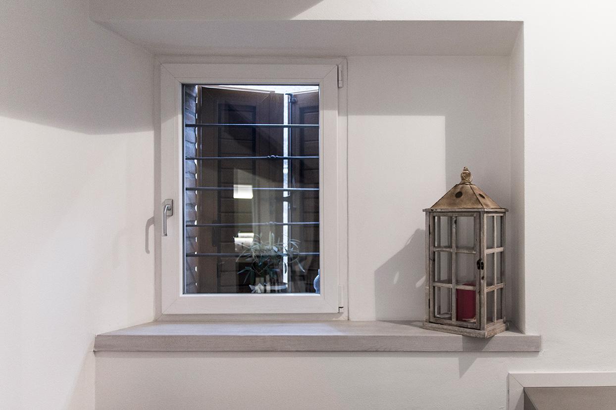 Davanzali interni in legno davanzale finestra stock for Davanzali interni per finestre